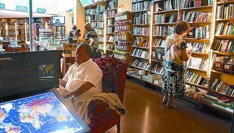 Clients observen llibres, ahir a la llibreria de viatges Altaïr, a Barcelona.