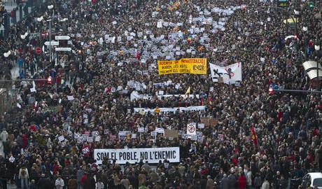 Miles de personas marchan por las calles de Valencia, este miércoles.