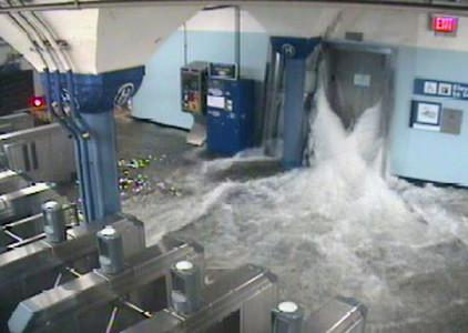 El agua entra en una estación de metro en Hoboken, en Nueva Jersey.