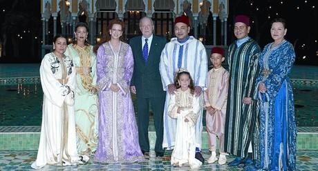 Juan Carlos, junto a Mohamed VI y el resto de la familia real marroquí en la cena privada celebrada el lunes en el palacio de Rabat.