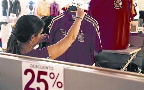 Grandes ofertas 8 Camisetas oficiales de la selección rebajadas, en un centro comercial de Alcorcón.