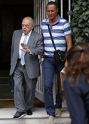 Jordi Pujol sale de su casa, esta ma�ana, con un calzado especial debido al esguince.