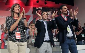 El secretario general del PSOE, Pedro Sánchez, el hasta hoy, líder de los socialistas vascos, Patxi López, y la recién elegida secretaria general, Idoia Mendia, en Bilbao.