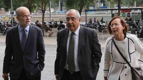 El 'exconseller' Joaquim Nadal, flanqueado por los 'exconsellers' Antoni Castells y Montserrat Tura, este viernes en la Ciutat de la Just�cia de Barcelona.