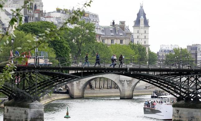Retirada de los candados del puente de las Artes, en París (9)