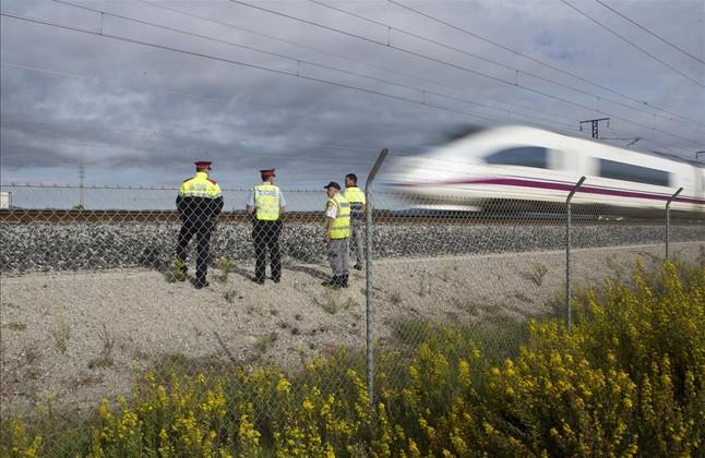 Un tren AVE circula en el punto donde se produjo el sabotaje, en La Granada del Penedés, en octubre del 2015.