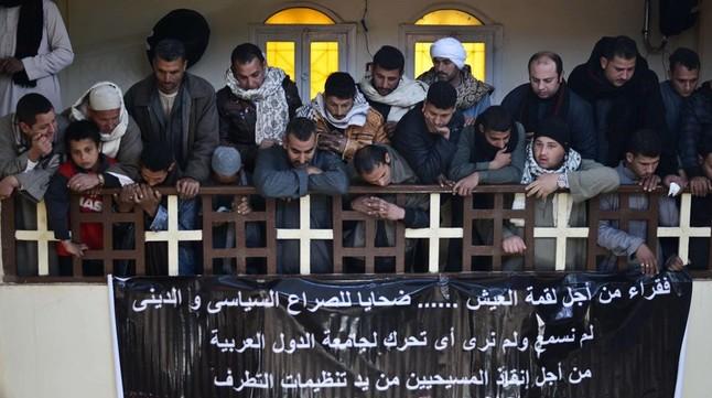 Coptos egipcios en una ceremonia en memoria de los 21 cristianos que fueron asesinados por el Estado Islámico en Libia en el 2015.