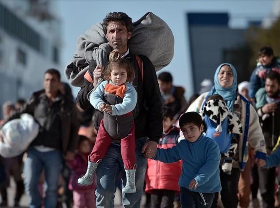 Llegada la puerto del Pireo de un grupo de inmigrantes con niños procedentes de Lesbos y Chios, el lunes.