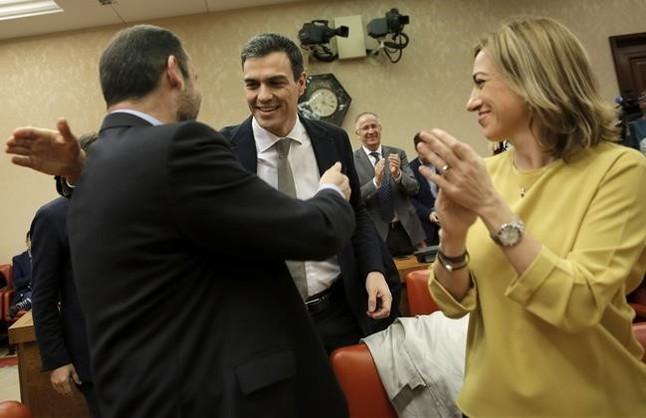 Pedro Sanchez saluda a un diputado y a Carme Chacon en la reunion del grupo parlamentario del PSOE