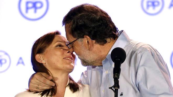 Rajoy, recibido en el balcón por los votantes a gritos de Sí se puede