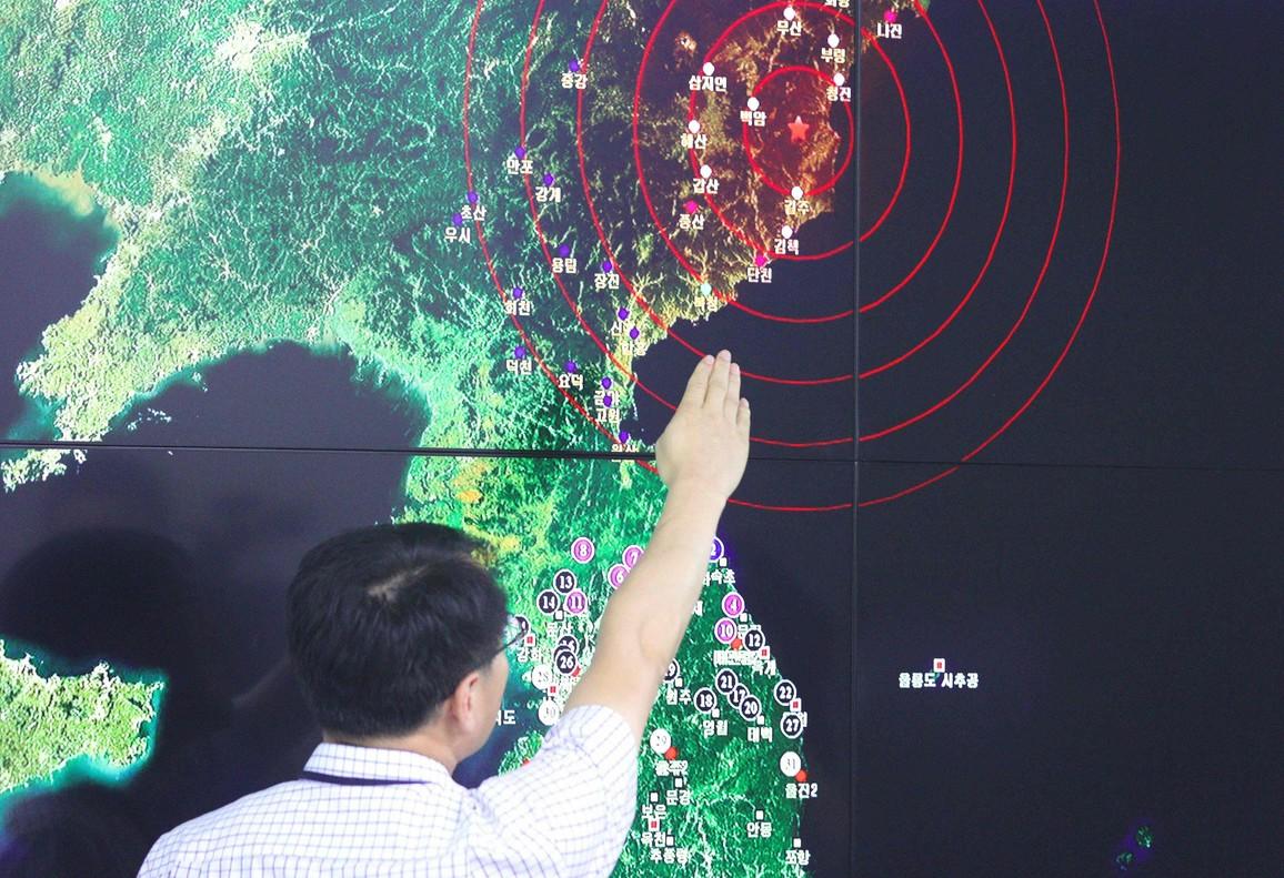 Un oficial de Corea del Sur apunta el epicentro del terremoto causado por el ensayo nuclear de Corea del Norte.