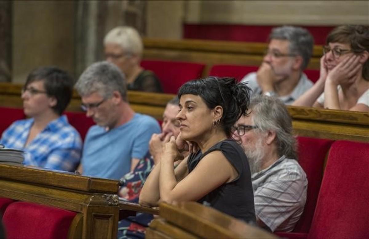 Los diputados de la CUP, en sus escaños del Parlament.