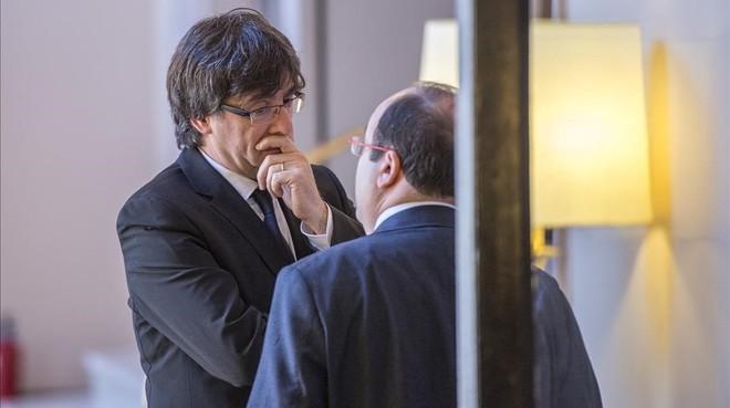 El presidente de la Generalitat, Carles Puigdemont, conversa con el primer secretario del PSC, Miquel Iceta, en el Parlament.