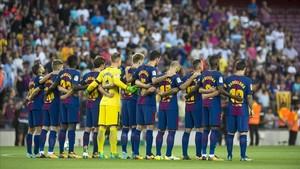 Los jugadores del Barça, durante el respetuoso silencio por las víctimas del atentado de Barcelona y Cambrils.