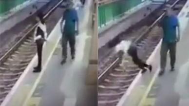 Un home llança una dona a les vies del metro a Hong Kong