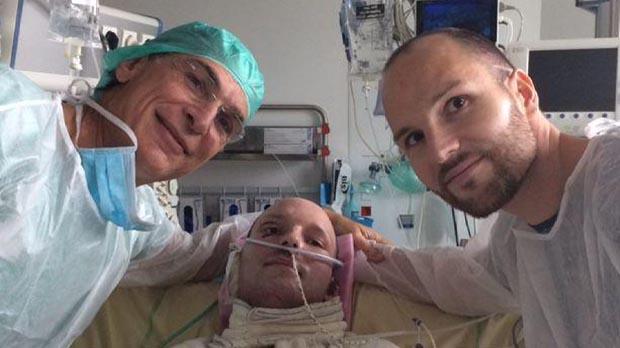 Un home salva la vida gràcies als empelts de pell del seu germà bessó