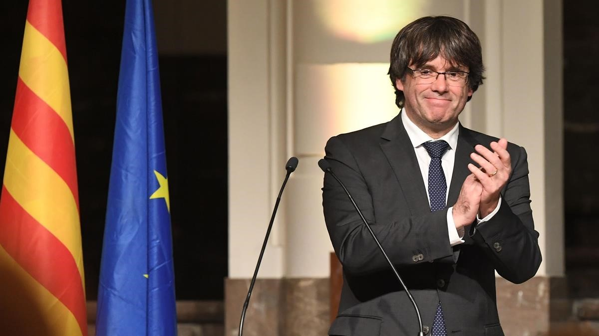 zentauroepp40854112 catalonia s sacked leader carles puigdemont claps as he deli171124105823