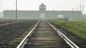 La vía de tren que conduce al campo nazi de Auschwitz.
