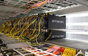 Ordenadores de Bitmain en plena actividad de minería de criptomonedas, en Keflavik, Islandia.