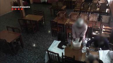 Els Mossos detenen quatre persones per l'estafa dels bitllets tintats