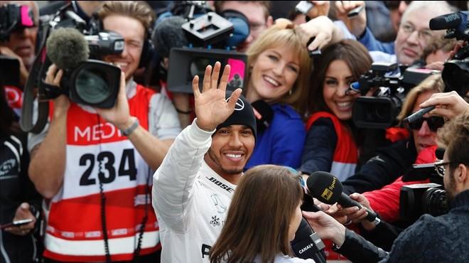 "Hamilton s'autoqualifica de ""favorit"" després de provar el seu nou Mercedes a Montmeló"