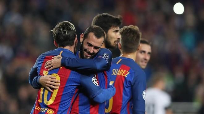 Aleix Vidal felicita a Messi tras el 1-0 al Borussia en el Camp Nou.