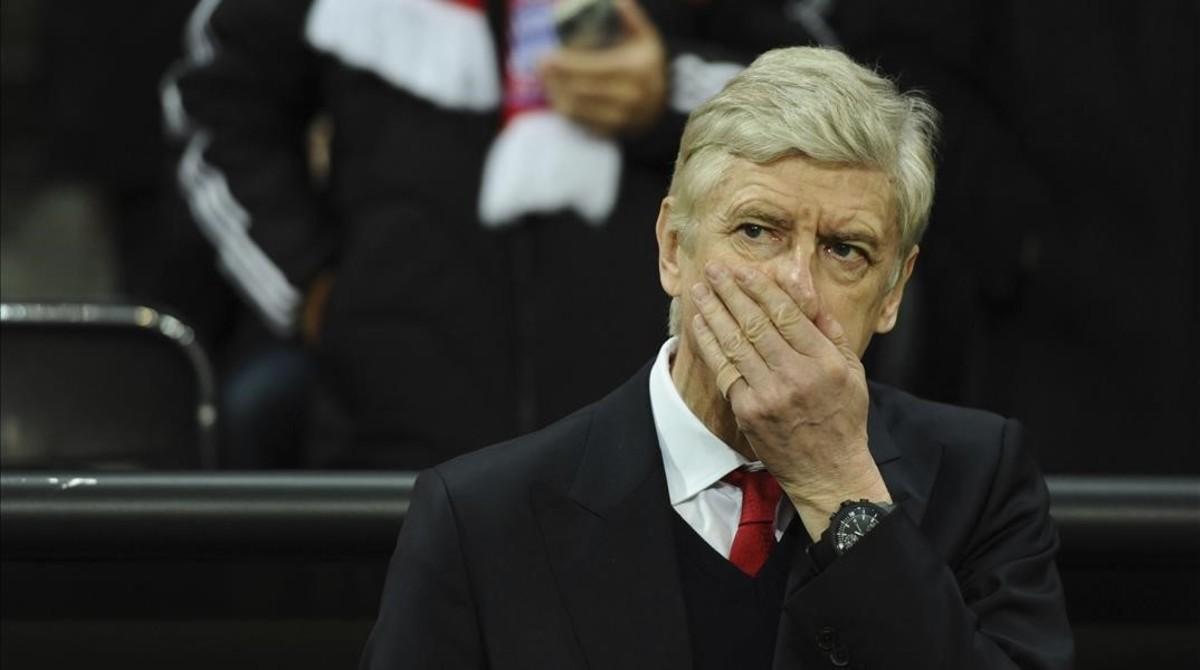 Wenger resiste las críticas y decidirá su futuro a final de temporada