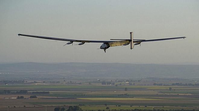 El avi�n Solar Impulse 2 aterriza en Sevilla despu�s de cruzar el Atl�ntico.