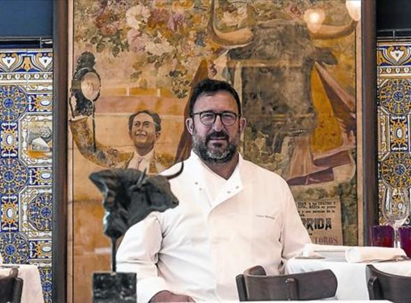 Òscar Manresa, frente a uno de los carteles taurinos del resucitado Casa Leopoldo.