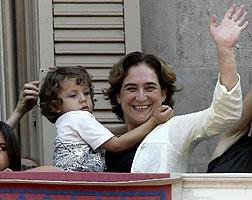 Colau, con su hijo en el balc�n del Ayuntamiento de Barcelona.
