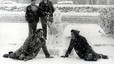 Algunos barceloneses se lo pasaron en grande y aprovecharon para jugar con la nieve y hacer muñecos como el de la foto.