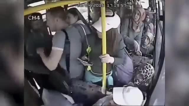 Un grup de dones peguen a un assetjador sexual en un autobús a Turquia