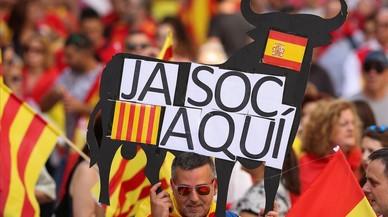 Un manifestante con una pancarta con un toro español
