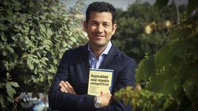 Cristian Rovira posa fuera de las oficinas centrales de Sifu en L'Hospitalet de Llobregat.
