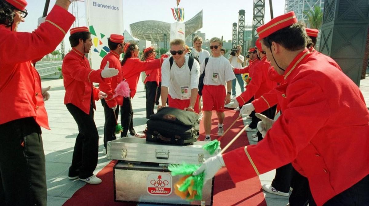 Llegada de los primeras atletas a la villa olímpica de Poblenou.