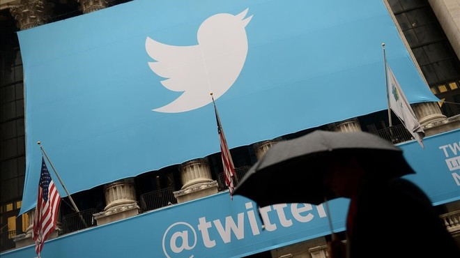 El logo de Twitter en el acceso a la Bolsa de Nueva York.