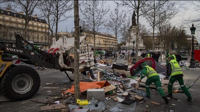 La policia evacua de forma pacífica els indignats de París