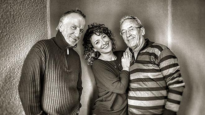Pancho Varona, Mara Barros y Antonio Garc�a de Diego interpretan en ac�tsico 'La canci�n de las noches perdidas'.