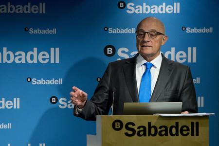 El presidente de Banc Sabadell, Josep Oliu, en rueda de prensa, el pasado enero.