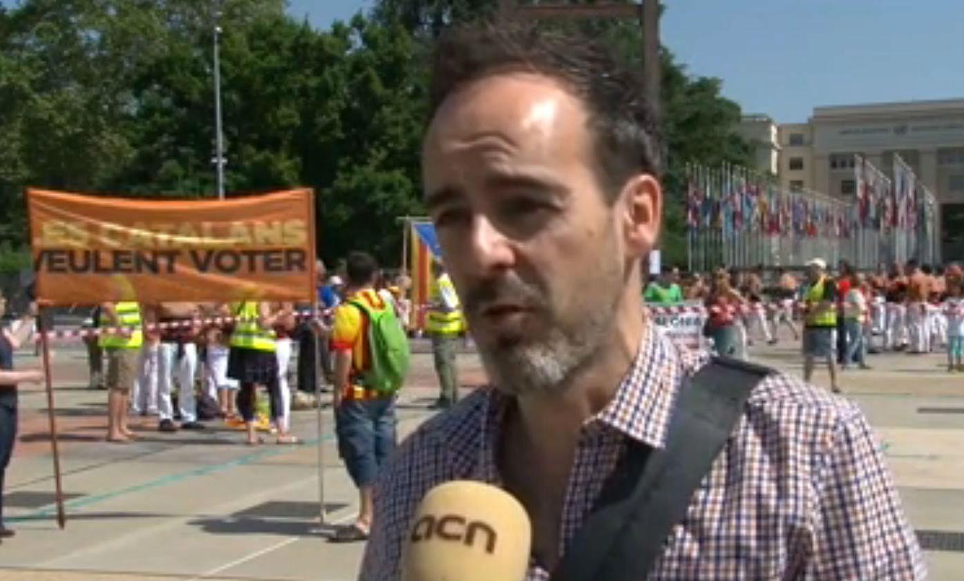 El presidente del casal Català de Lausanne, Xavier Urbeneja, explica como han realizado los 'castellers' en la plaza de las Nations de Ginebra delante de las Naciones Unidas.