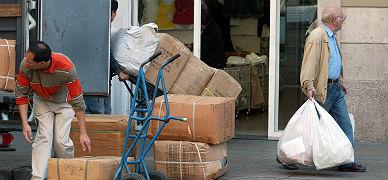 Trabajadores chinos, en una tienda de la calle Trafalgar.