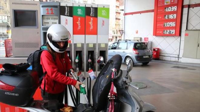 Una joven reposta carburante para su moto en una gasolinera del Paral�lel, el martes.