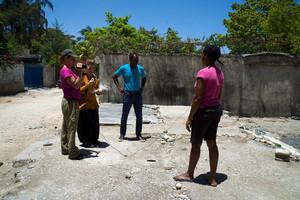 Parte del equipo entrevistando a una beneficiaria de las ayudas al alquiler.