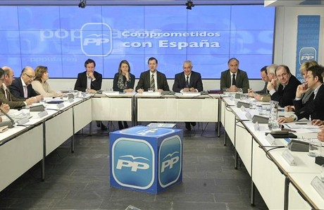 El presidente del Gobierno, Mariano Rajoy, con los presidentes autonmicos y lderes regionales del PP, el pasado abril, en la sede nacional del PP. EFE / SERGIO BARRENECHEA