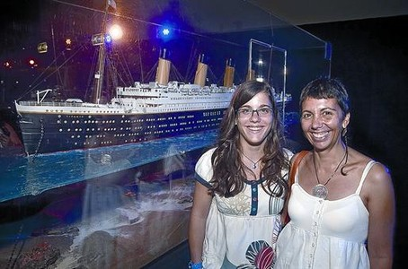 Montserrat Pags y su hija, Maria Roig, junto a una reproduccin del 'Titanic', ayer en el Museu Martim de Barcelona.