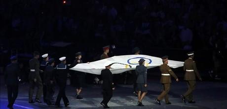 La bandera olímpica, en la jornada de clausura dels Jocs, diumenge, dia 12, a Londres.