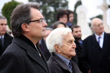 El 'president' de la Generalitat, Artur Mas, con el nieto de Francesc Maci, Antoni Peyr, durante el homenaje al 'president' republicano. ACN