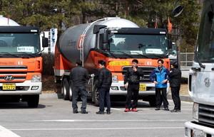 Trabajadores del complejo industrial de Kaesong esperan cerca de la zona desmilitarizada