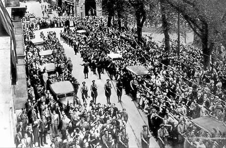 Una multitud saluda a las tropas fascistas tras la toma de San Sebastián, el 13 de septiembre de 1936.