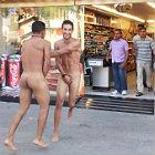 Dos turistas desnudos en la Barceloneta.